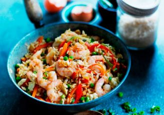 Жареный рис с острыми креветками, зеленым луком, перцем и морковью